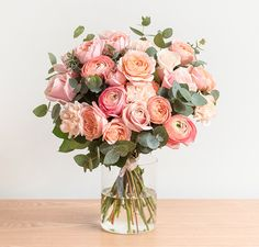 "Goa - Vue basique- 12 roses ""Sweet Avalanche"" - 4 roses branchues ""Giuleta"" - 6 renoncules clones ""Pêche"" - 8 oeillets ""Lizzy Peach"" Feuillage: eucalyptus cinérea"