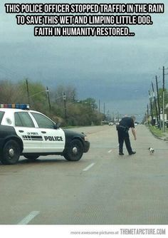 People often think police officers are awful, and only out to get you. I've seen more compassion and kindness come from officers than anything else. Even when risking their lives every day! Faith in humanity restored: police officer edition! We Are The World, In This World, Amor Animal, Human Kindness, Kindness Matters, Faith In Humanity Restored, Tier Fotos, Humor, Little Dogs