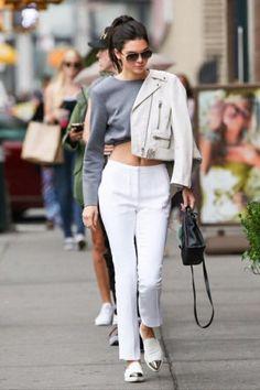 vestirsi-alla-moda-ragazza-pantalone-bianco-scarpe-punta-argent-maglione-corto-grigio-giacca-pelle