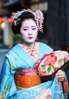 Maiko in Kyoto, Japan; I like the purse - seems to be kind of traditional.