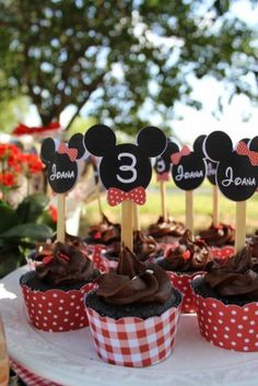 Cupcake topper mickey e wrapper xadrez piquenique