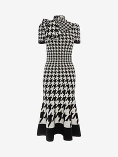 Shop Women's Ivory/Black Dogtooth Jacquard Midi Knit Dress from the official online store of iconic fashion designer Alexander McQueen. Alexander Mcqueen Couture, Alexander Mcqueen Savage Beauty, Alexander Mcqueen Dresses, Virtual Fashion, Fashion Line, Korea Fashion, Fashion Tips For Women, Fashion Ideas, Fashion Inspiration