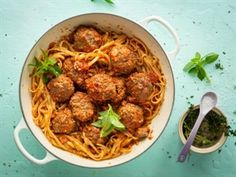 DINSDAG: Roosmaryn-frikkadelle in tamatiesous op spaghetti Easy Delicious Recipes, Yummy Food, Meat Recipes, Kos, Catering, Spaghetti, Pasta, Lunch, Treats