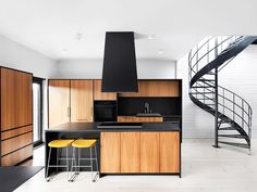 escada e cozinha com banquetas amarelas