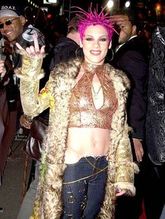 A fucking look man! 2000s Fashion Trends, Fashion Fail, Worst Celebrities, Mtv Music, Singer Fashion, Grunge, Mtv Video Music Award, Music Awards, Star Wars