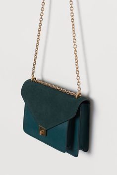 Shoulder bag in thick faux leather with a suede flap, metal fastener, and adjustable metal chain shoulder strap. Fashion Handbags, Purses And Handbags, Fashion Bags, Luxury Purses, Luxury Bags, Green Purse, Beautiful Handbags, Girls Bags, Cute Bags