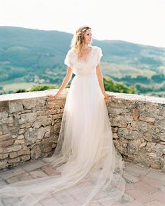 Ethereal and elegant bridal inspiration from Tuscany and captured by @olga_plakitina now on Cottage Hill. Designed by @blush_pink_events and gown by @bluebells_dress by cottagehillmag