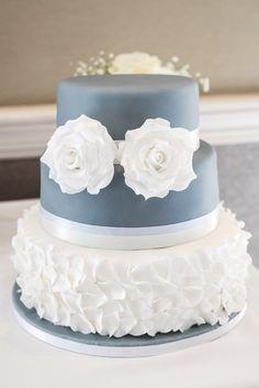 Stilvolle Ideen für eine Hochzeitstorte mit Fondant - Hochzeitskiste #hochzeitstorte #blau Naked Cakes, Vanilla Cake, Fondant, Desserts, Food, Ideas, Tailgate Desserts, Fondant Icing, Meal