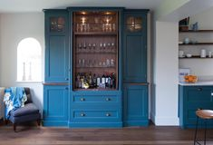 Trend : Colourful Kitchen Cabinetry - The Design Sheppard Handleless Kitchen, Kitchen Cabinetry, Kitchen Colour Schemes, Kitchen Colors, Farrow And Ball Inchyra Blue, Life Kitchen, Kitchen Stuff, Butler Sink, Two Tone Kitchen