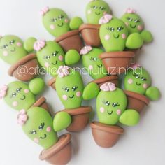 Cactos de biscuit Fondant Figures, Polymer Clay Figures, Polymer Clay Miniatures, Polymer Clay Kawaii, Polymer Clay Crafts, Handmade Polymer Clay, Hobbies And Crafts, Diy And Crafts, Clay Keychain