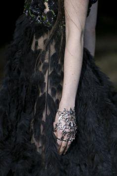 Alexander McQueen / #bijou #main #detail #plumes #brodées #noires
