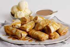 It's amazing what you can do with some spring roll wrappers and a can of apple slices. Use your air fryer to create this crunchy finger food dessert in just half an hour. Dip in a thick caramel sauce for extra sweetness. Finger Food Desserts, Just Desserts, Dessert Recipes, Delicious Desserts, Apple Pie Pockets Recipe, Freezing Apples, Spring Roll Wrappers, Bread And Butter Pudding, Beef Bourguignon