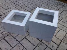 Macetas en fibra de vidrio cuadradas, combinando diversas alturas.