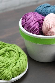 Universal Yarns Cotton Supreme is an exceptionally soft 100% cotton yarn you'll love working! Great stitch definition, machine washable, and perfect for accessories and warm-weather garments. #knitting #crochet