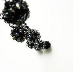 Belatrix Black 7 kuliček šitých z rokajlu, průměr každé 1,5 cm, každá kulička je jiná, všechny v odstínech šedé a černé Délka max 120 cm, kuličky šité z rokajlu, kovové části z bižuterního kovu v černé barvě , bez zapínání, snadno se převlékne přes hlavu