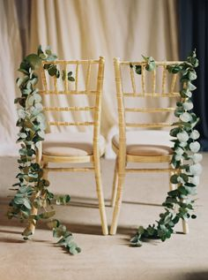 Garland-draped: http://www.stylemepretty.com/2015/11/04/charming-borris-house-wedding-in-ireland/ | Photography: Laura Gordon - http://lauragordonphotography.com/
