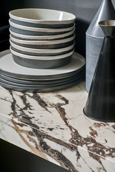 Worktops, backsplashes, tables and special covering solutions: with Marazzi slabs, you can design elegant kitchen environments with perfect stylistic continuity.