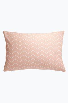 Tyynynpäällinen, jossa painatus edessä ja takana. Piilovetoketju alareunassa. Koko 40x60 cm. <br><br>100% puuvillaa<br>Pesu 40°