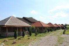 Doi soți din Gorj au realizat un complex de case tradiționale construite din lemn  vechi de un secol! Stejarul a fost recuperat din locuințele strămoșești