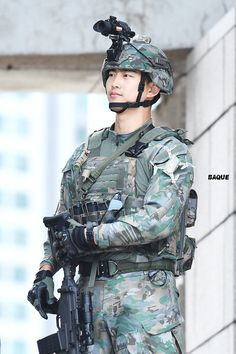 180928 Fantaken photos of Taec rehearsing for the Armed Forces Day celebration. (Cr: Baque) ー GUYS LOOK AT HIM THO 😭😭😭 Swipe to see more cool photos of him on his soldier uniform! It looks like a straight to an action movie filming loool