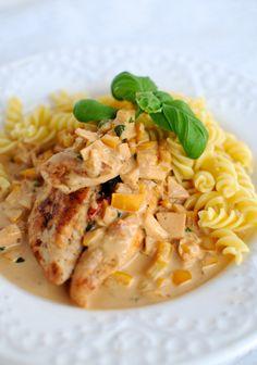 Kycklingfilé med pasta och äpple- och paprikasås