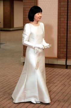 Princess Sayako of Japan on her wedding day. when a Japanese princess marries a commoner, she must leave the royal family as dictated by imperial law Royal Wedding Gowns, Modest Wedding Gowns, Royal Weddings, Japanese Princess, Princesa Real, Royal Brides, Royal Dresses, Royal Fashion, Mother Of The Bride