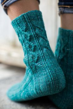 Ravelry: Arkin socks pattern by Rachel Coopey.would you believe I have the perfect yarn for these socks in my stash? Loom Knitting, Knitting Socks, Hand Knitting, Knitting Patterns, Knit Socks, Cozy Socks, Knitted Slippers, Stitch Patterns, Ravelry