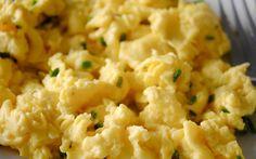 Roerei en komkommer, lekker koolhydraat arm ontbijt onderdeel van de gobentop.nl weekmenu's passend in een koolhydraat arme eetwijze.