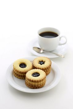 Lemon biscuits with jam centres