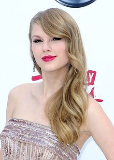 Taylor Swifts elegant, wavy hairstyle