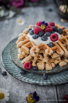 Haferflocken-Vollkornwaffeln - Life Is Full Of Goodies - Es gibt köstliche Haferflocken-Vollkornwaffeln zum Frühstück. Oatmeal Waffles, Pancakes And Waffles, Pancake Healthy, Healthy Sweets, Whole Wheat Waffles, Health Breakfast, Health Desserts, Fudge, Mousse