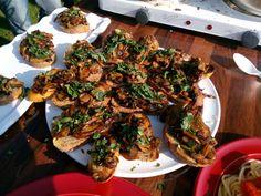 Hubová bruschetta Bruschetta, Chicken Wings, My Recipes, Vegan, Food, Meals, Yemek, Eten