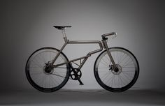 Samouraï, vélo réalisé par le studio de design japonais Kazushige Miyake. Inspiré par le guerrier Samouraï et son arme de combat le katana, le vélo se veut encré dans la culture traditionnelle japonaise. Le cadre tout en titane et en alliage Ti-6A1-4V est réalisé par des artisans locaux. Le châssis est créé à la main en utilisant la technique de soudure «Ebikan». L'aspect général ressemble à une armure, le vélo devient oeuvre d'art, tout comme la protection du Samouraï.