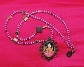 sautoir déesse indienne perles bois rose médaillon bronze cabochon verre image pailletée strass violets perle ancienne perles verres à facettes goutte topaze perles métal : Collier par lericheattirail
