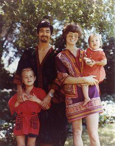 Bruce Lee y su familia en los años 60.