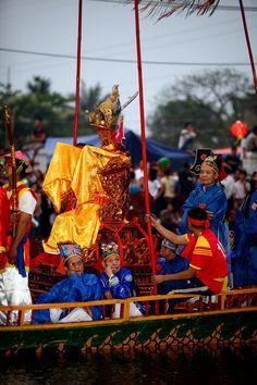 Dam Village Boat Festival, Vietnam Village Festival, World Festival, Festival Wear, Festival Outfits, Festival Fashion, Holidays Around The World, Festivals Around The World, Around The Worlds, Vietnam Travel