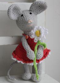 Leuk haakpatroon ook voor de beginnende haker. 2 Muisjes, Pablo en een lief meisje met een schattig jurkje en bloemetje in haar hand.