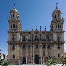 Fachada de la cateral de Jaén trazada por Eufrasio López de Rojas siguiendo las líneas de barroquismo andaluz en 1667. El frente con cinco ejes de columnas  colosales y ático tiene algunas reminiscencias de la fachada de San Pedro de Maderna.