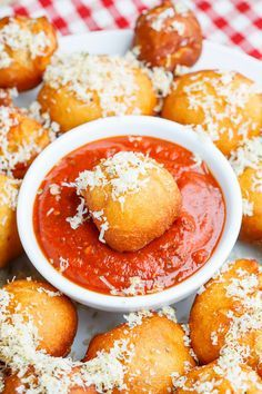 Pizza Poppers Recipe : All of the flavours of pizza rolled into balls and fried until golden brown and crispy! These little pizza poppers a stuffed with plenty of melted cheese and perfect when served with pizza sauce for dipping! Appetizers For Party, Appetizer Recipes, Party Snacks, Pizza Poppers, Quiche, Poppers Recipe, Tailgating Recipes, Pizza Rolls, Football Food