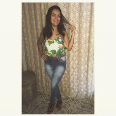 Calça cintura alta + blusa floral + sandália de franja