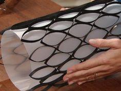 Lámina acrílica opaca y tubos de papel higiénico pintados de negro (por dentro y por fuera), cortados y semi-doblados, pegados a modo de red sobre la lámina acrílica.
