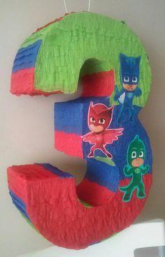 Piñata de número inspirado en máscaras de PJ