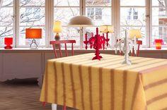 Tovaglia a righe color zucca e rame effetto lurex. Perfetta per ogni occasione, sopratutto per gli eventi speciali come un pranzo di Natale in famiglia.  Il tessuto lucido e luminoso da quel tocco di eleganza in più alla tua casa.  Dimensioni: Lunghezza: 280 cm x Larghezza: 150 cm. dimensioni personalizzabili su richiesta.