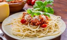 Italian Spaghetti With Quick Meat Sauce Dinner Recipe with onion, carrots, garlic, ground beef, and crushed tomatoes. Ready in 30 minutes. Spaghetti Bolognese, Spaghetti Meat Sauce, Cheese Spaghetti, Healthy Pregnancy Food, Sauce Bolognaise, Broccoli Beef, Pressure Cooker Recipes, Pasta Recipes, Recipes Dinner
