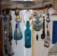 Blaue Glas Flaschen und kleine Souvenirs an einem alten Stück Treibholz vom Rhein, S. Hopp