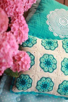 Poszewka na podusię robiona na szydełku :> Can't get enough color combo ideas for African flowers!
