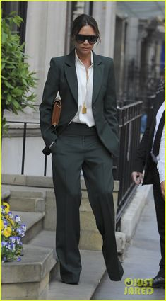 Victoria Beckham Looks Stylish While Leaving Her Shop in London!: Photo Victoria Beckham is always so fashionable! The Spice Girl and fashion entrepreneur was spotted leaving her store on Dover Street on Tuesday (May in London,… Victoria Beckham Outfits, Victoria Beckham Style, Business Outfit Frau, Business Outfits, Look Fashion, Fashion Outfits, Womens Fashion, Paar Style, Look Formal