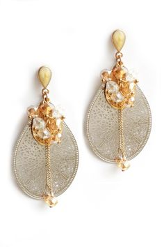 Gorgeous delicate drops for your ears to add that final touch of glamour to your wedding dress.