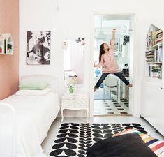 Janinen mummon vanha ompelulaatikko on Elsan yöpöytä, sänky on Janinen lapsuudesta ja talon muotoinen kirjahylly on teetetty puusepällä. Brita Swedenin muovimatto on käytännöllinen lastenhuoneessa.