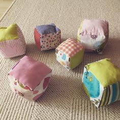 Rattle cubes - the perfect fabric waste recycling- Shavings fall when planing, fabric remains when sewing – often too good to throw away. Rattle cubes for babies are the perfect recycling of fabric remnants. Drops Design, Expirements For Kids, Baby Toys, Baby Baby, Tutorial Diy, Diy Bebe, Tin Man, Fabric Remnants, Baby Kind
